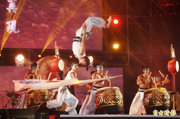 國慶晚會首度移師台中,開幕即以在地表演團體九天民俗技藝團率先進行演出。(記者廖耀東攝)