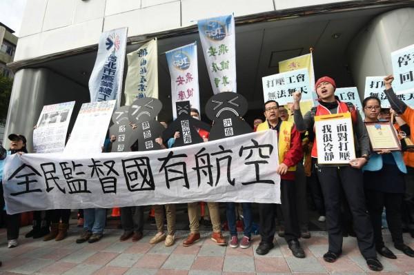 華航工會代表與聲援各工會今日再度到華航公司前抗議遭打壓、停飛。(記者廖振輝攝)