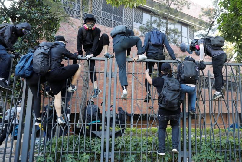 曾有示威者試圖翻越柵欄離開校園。(路透社)