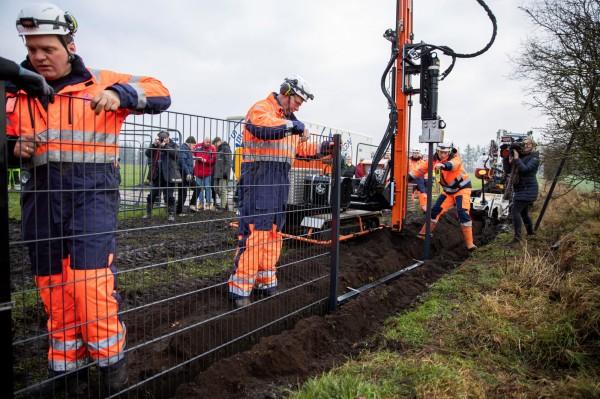 丹麥政府28日宣布,已在邊境小鎮帕茲堡(Padborg)打下鐵絲網的第1根樁子,日後會沿著70公里的丹麥、德國邊境,築起1.5公尺高的鐵絲網,防堵非洲豬瘟。(路透)