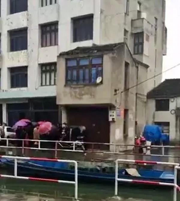 中國浙江瑞安市一名村民,在家中大掃除,竟從牆洞中掃出一具乾屍。(圖擷取自網路)