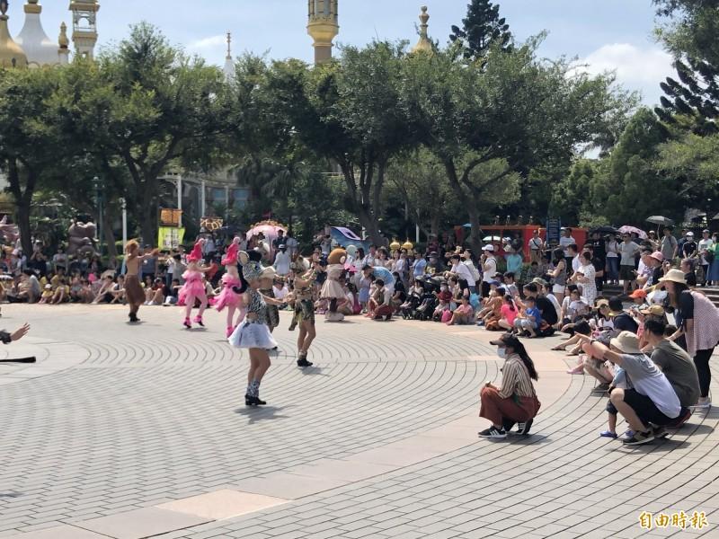 家長帶孩子去遊樂園時,最怕孩子走失。示意圖,非本新聞事件。(資料照)