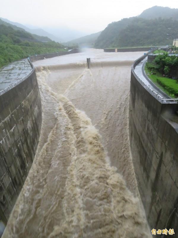 受梅姬颱風外圍環流影響,員山子上午11點38分開始分洪。(記者林欣漢攝)