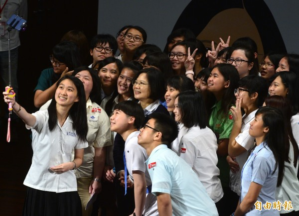 論壇會後,蔡英文與學生們用手機自拍合影。(記者王藝菘攝)