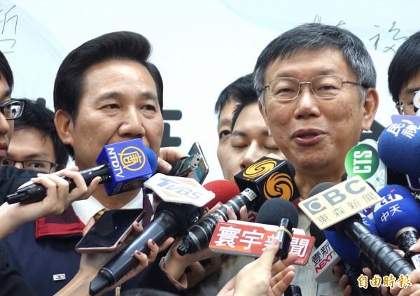 台北市長柯文哲今天受訪時笑稱,這場選舉選到大家都已經「起痟」了。(記者王藝菘攝)