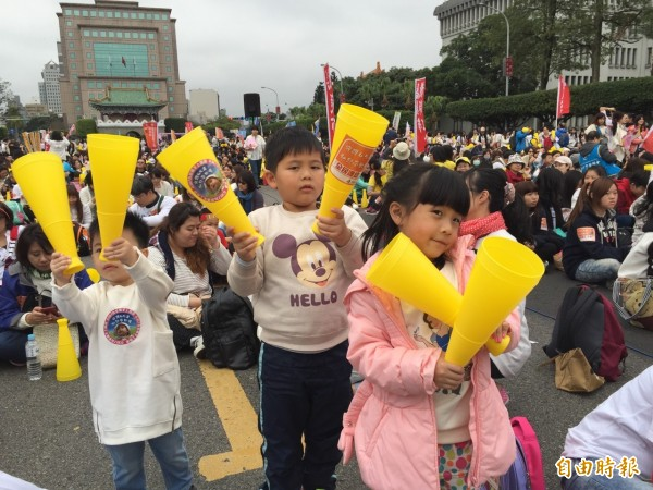 「全民護幼」大遊行今日下午於凱道舉行,上萬家長及幼童參與。(記者羅沛德攝)