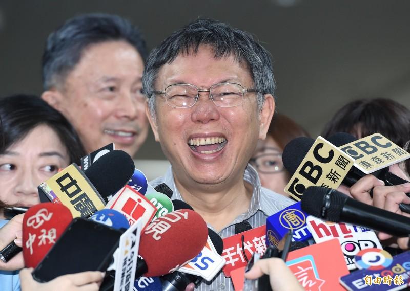台北市長柯文哲今晚出席活動時被問到,明天郭柯王合體要講什麼?柯P僅說,眾目睽睽之下,哪有什麼話題。圖為下午受訪畫面。(記者廖振輝攝)
