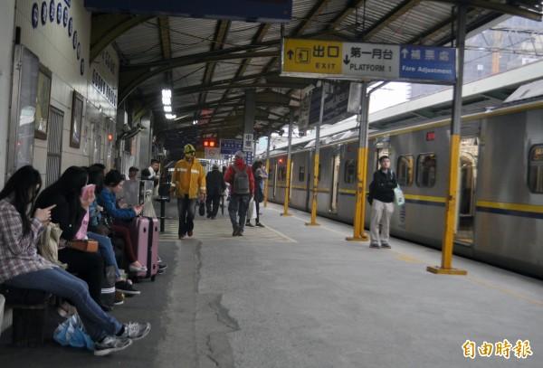 台鐵配合新購電聯車投入營運,將於明天(24日)起微幅調整部分班次時刻時。(記者李容萍攝)