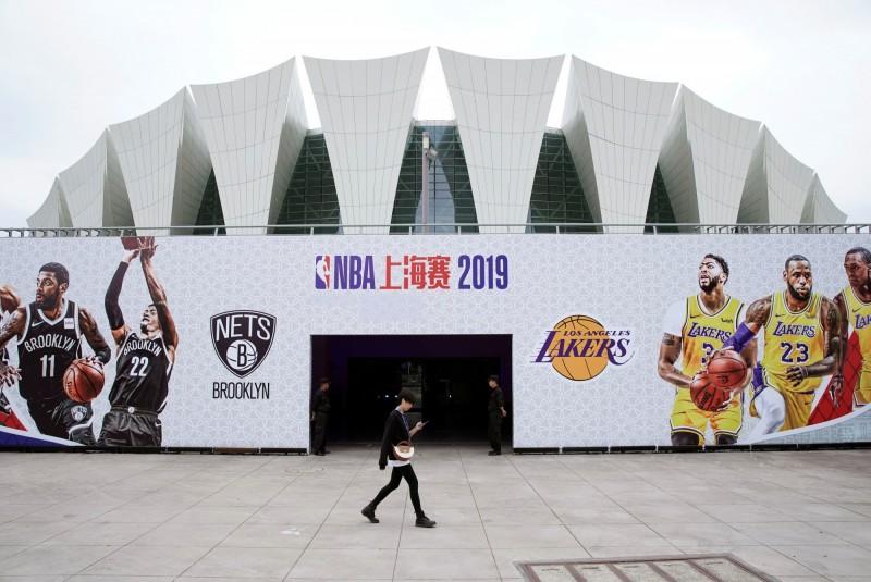 NBA官方微博今天上午11時宣布,湖人隊與籃網隊的上海賽將於今晚7時30分開賽。(路透)