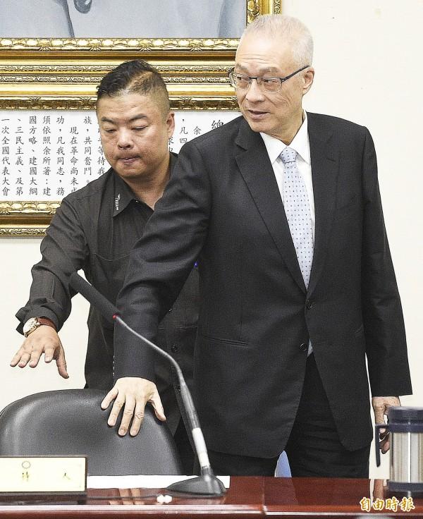 國民黨主席吳敦義(右)頒發立院黨團幹部證書。(記者陳志曲攝)