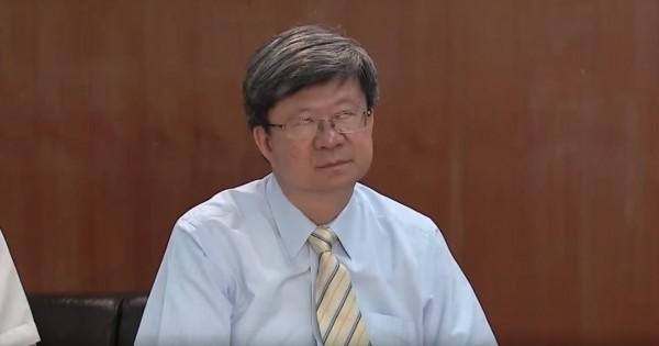 吳思華在去年針對黑箱課綱與學生座談時,被拍到翻白眼的畫面。(圖擷自YouTube)