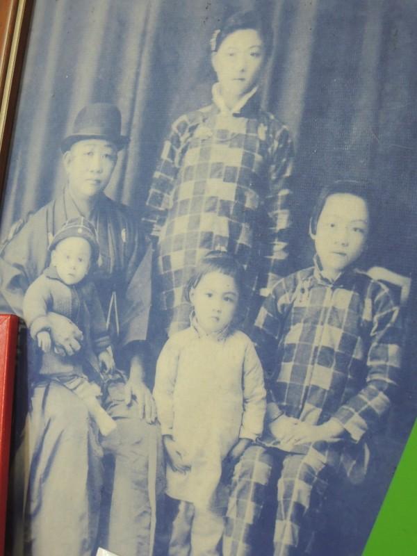 莊林金釵(中)6歲時與家人的合照。(記者洪瑞琴翻攝)