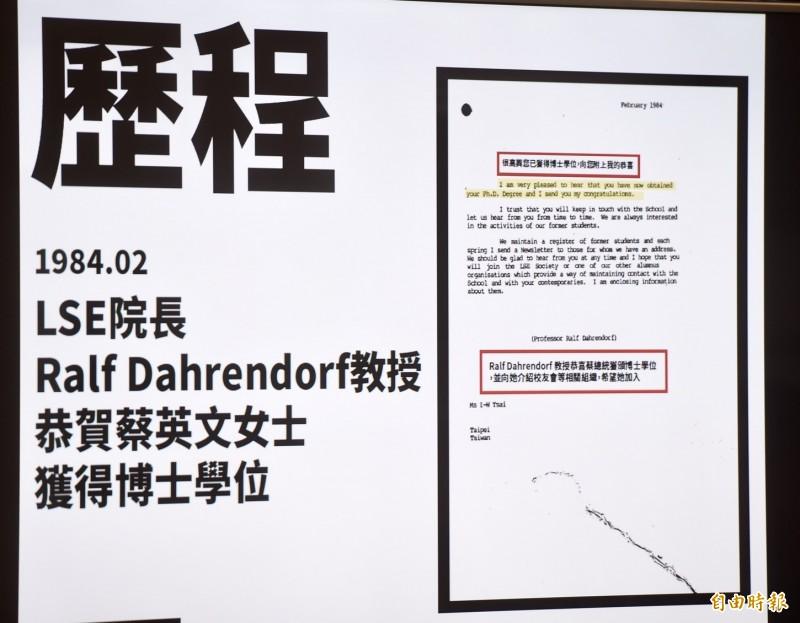 府方提供蔡總統在1984年的學位考試合格正式通知書、及1984年2月LSE院長Ralf Dahrendor教授恭賀蔡總統獲得博士學位的文件等。(記者簡榮豐攝)