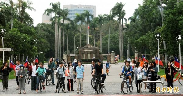 中國從十幾年前搶台灣學術人才,昨(20日)福建宣布將在3年內引進1000名台灣教師到當地大學任教,恐引發高教人才出走潮。(資料照,記者方賓照攝)