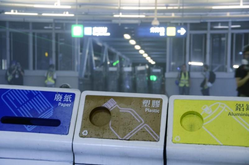 香港元朗721白衣人攻擊市民滿月,民眾再聚元朗車站抗議,以垃圾桶抗警。(圖擷取自《香港大學學生會學苑即時新聞》臉書)