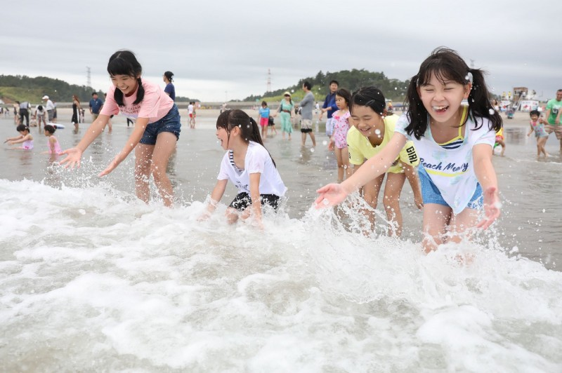 福島縣南相馬市北泉海水浴場,在核災後首次開放,湧入親子同樂。(法新社)