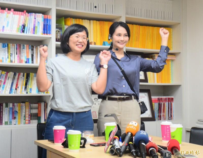 民進黨提名參選新北汐止第12選區立委的賴品妤(右)拜會民進黨立委蘇巧慧(左)。(記者王藝菘攝)