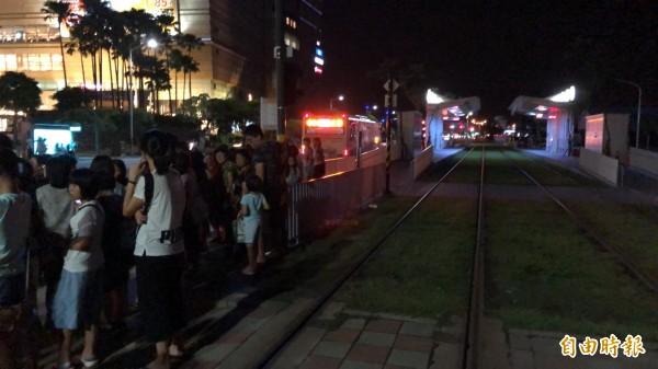 上百人於月台苦等公車。(記者王榮祥攝)