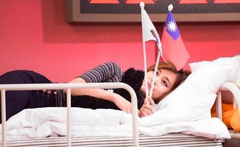 藝人周子瑜(見圖)過去曾因宣傳畫面中舉我國旗被舉報台獨,律師黃帝穎提醒,恐怕以後周子瑜到香港也要小心被「送中」。(取自MBC電視台推特)