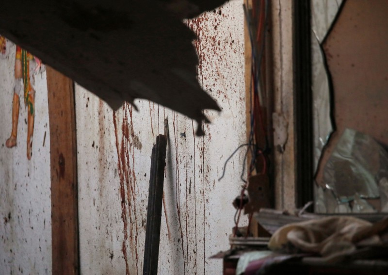 2起爆炸案分別發生在市中心的Ghattekulo住宅區,以及Sukedhara郊區。官方懷疑前叛軍尼泊爾毛主義共產黨的殘黨涉嫌作案。圖為爆炸現場之一,牆上血跡斑斑。(路透)