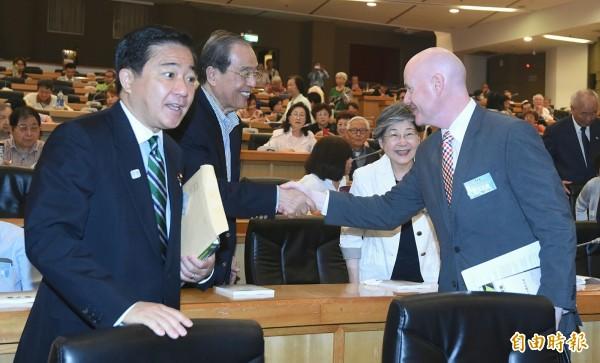 葉望輝(右)、長島昭久(左)與前駐日代表羅福全(中)握手致意。(記者廖振輝攝)