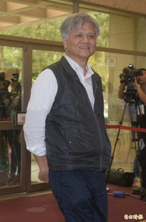 無黨籍台北市長候選人吳蕚洋在申論中呼籲總統蔡英文與民進黨,將軍公教改革廢棄,將法修回來。(記者張嘉明攝)