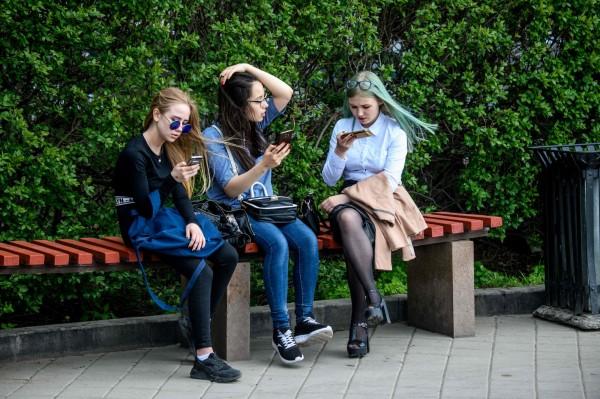 隨著網路的發達,現代人幾乎人手一台智慧型手機,也造就了一個「玻璃心世代」。(法新社)