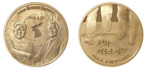 南韓造幣社今日正式發行朝鮮半島和平紀念幣,正面印有南韓總統文在寅與北韓最高領導者金正恩經典的握手圖案,反面則是兩位領導人共同跨越軍事分界線的一刻。(圖擷取自南韓造幣社)