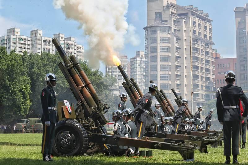 移靈及啟靈儀式時,國軍將鳴放矧砲(喪砲)21響以表追思。(台北市攝影記者聯誼會提供)