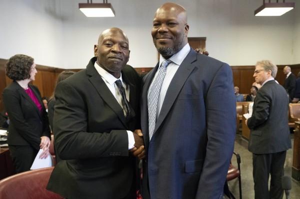 佩瑞(VanDyke Perry,左)與康茨(Gregory Counts,右),在1991年兩人分別為21歲與19歲時,被人誣陷犯下輪姦案,佩瑞入獄11年、康茨坐牢26年,如今終於洗刷清白。(美聯社)
