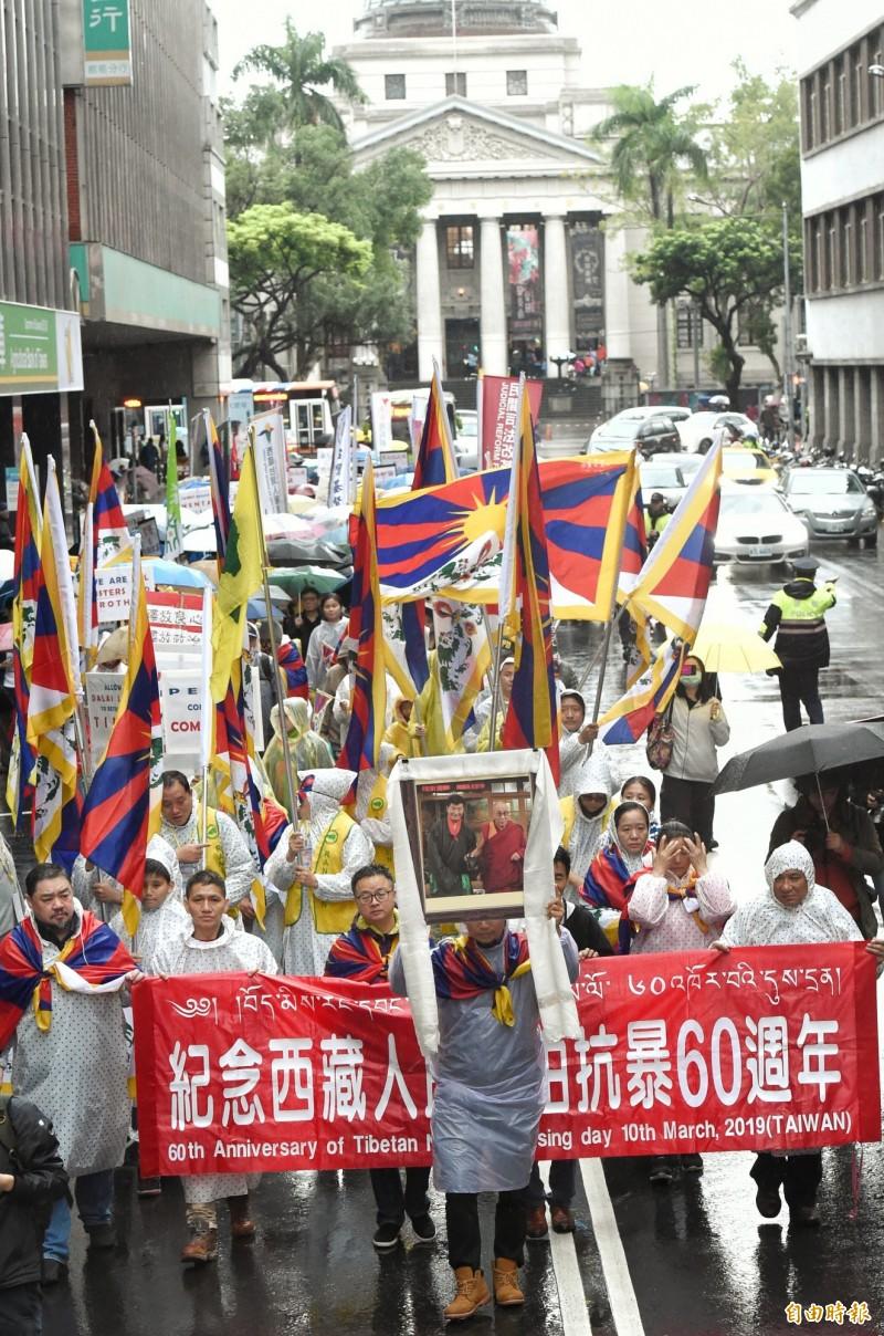 在台北今天也有「紀念西藏人民自由抗暴60周年」大遊行,在台藏人及聲援民眾參與;民進黨秘書長羅文嘉也披上西藏的雪山獅子旗走在隊伍最前面。(記者方賓照攝)