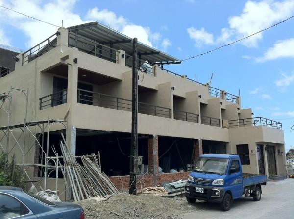 蘭嶼開元港附近正在新建的連鎖超商,近來引發正反爭議。(資料照,記者張存薇攝)
