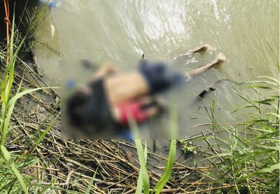 馬汀尼茲冒險渡河前背起年僅2歲的愛女,並用身上單薄的黑色T恤將她包在背上,後者則以小小的右臂回摟父親的脖子,直至兩人不幸溺斃並被沖至岸邊時仍未分開。(美聯社)