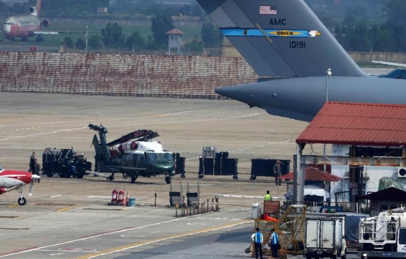 美國總統專機「海軍陸戰隊一號」抵達越南待命。(路透)