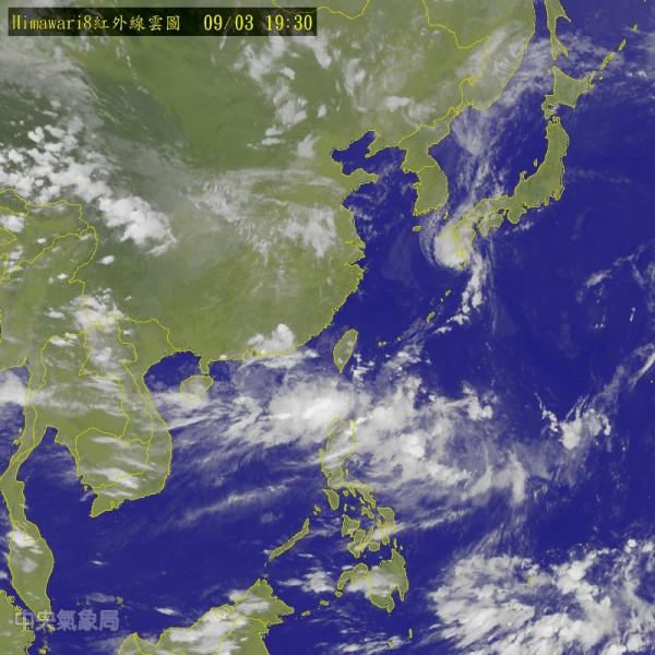 中央氣象局指出,明天全台仍在低氣壓帶內,不過大部分水氣南移到巴士海峽,降雨會比今天緩和。(圖擷取自中央氣象局)