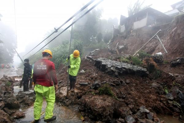 印尼爪哇島茂物市(Bogor)周邊的兩場山崩,造成8人下落不明。(路透)