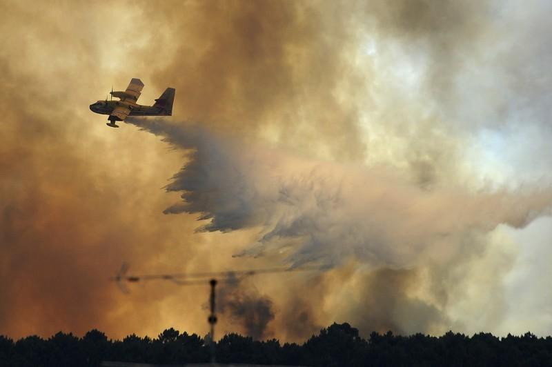 葡萄牙布朗庫堡(Castelo Branco)發生野火,當局投入上千名消防員救火。圖為葡萄牙2017年釀成64死的猛烈野火。(美聯社)
