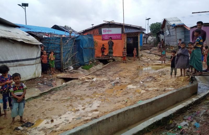 位於孟加拉的羅興亞難民營遭洪水肆虐,如今高漲的泥水雖退去,但對難民而言,麻煩才剛剛開始。(歐新社)
