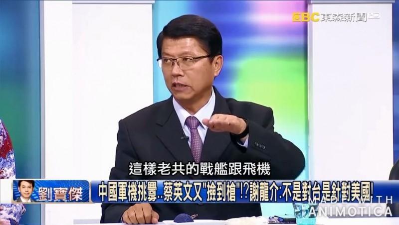 謝龍介在節目上表示,共機就像美國戰艦一樣是「自由航行」,怎麼可以說是侵略領空呢?(圖擷取自臉書「打馬悍將粉絲團」)