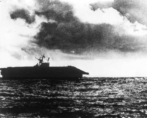 身受重傷的「大黃蜂號」被迫放棄,日軍追上後將其擊沉,是美軍在太平洋戰爭中最後一艘遭日軍擊沉的大型航母。(圖擷自維基百科)