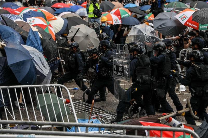 今日有平面媒體評論批評國民黨「逢中必閃」,國民黨傍晚聲明,反擊媒體評論「並不公允」。圖為今日香港立法會外群眾「反送中」抗爭面對警方強力驅散。(法新社)