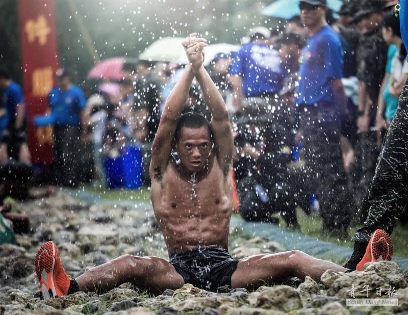 0名學員經過6天5夜的地獄考驗,昨天上午在天堂路的珊瑚礁石上,以俯臥打水、仰臥倒立、手足並起、腿部運動、背部運動、跪臥挺腹、仰臥挺身等關卡等動作通過咕咾石。(圖擷取自青年日報)