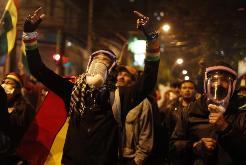 玻國反對派面帶自製防毒面具上街,對總統大選結果表達抗議。(美聯社)