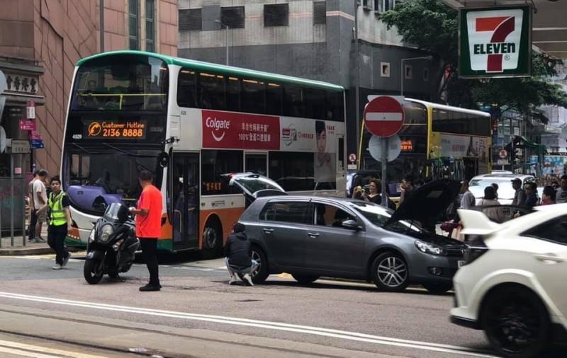 街道上發生熄火事故。(擷取自香港網友臉書)