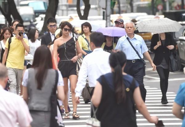 今明兩天大氣不穩,各地均有劇烈天氣發生之機率,長時間外出的民眾宜攜帶雨具。(資料照)