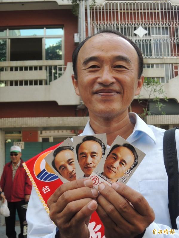 2014年李孟哲參選嘉義市西區市議員,當時競選名片上的神容與已故法務部長陳定南神似。(資料照)