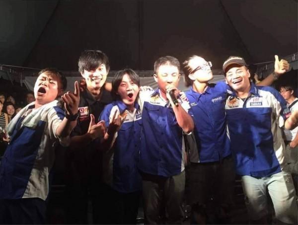 前機車行老闆陳平偉在花博公園獻唱,經典名句「你是在大聲什麼啦?」原音重現。(圖擷取自粉紅噪音樂團Pink Noise臉書粉絲專頁)