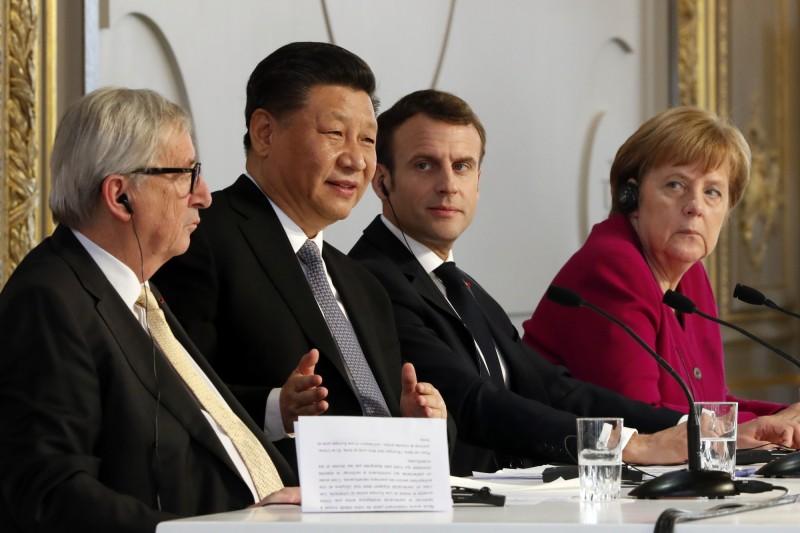 有德媒認為,德國政壇對「一帶一路」的曖昧態度與親中遊說組織「一帶一路倡議德國聯邦協會」有極大關係,圖為正在法國訪問的中國國家主席習近平(左2),與法國總統馬克宏(右2)、德國總理梅克爾(右1)與歐盟執委會主席榮克(左1)會面。(美聯社)