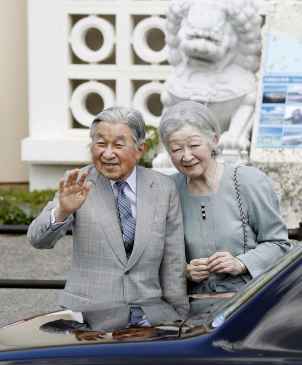 日本天皇明仁和皇后美智子今天(28日)登上與那國島,參觀牧場及小學,並在傍晚時如先前所說,特地造訪最西端,向台灣所在海面眺望。(共同社)