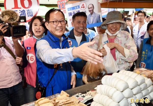 國民黨台北市長候選人丁守中至吳興市場掃街拜票,爭取民眾及攤商支持。(記者羅沛德攝)